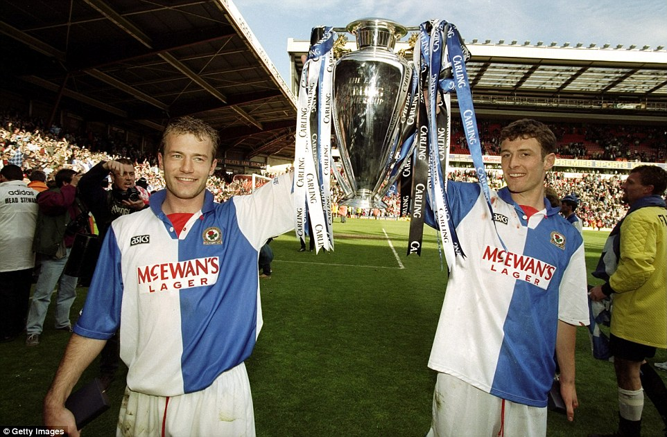 Alan Shearer i Chris Sutton z trofeum Premier League | fot. dailymail.co.uk